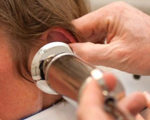Снижение слуха, вызванное образованием ушной пробки